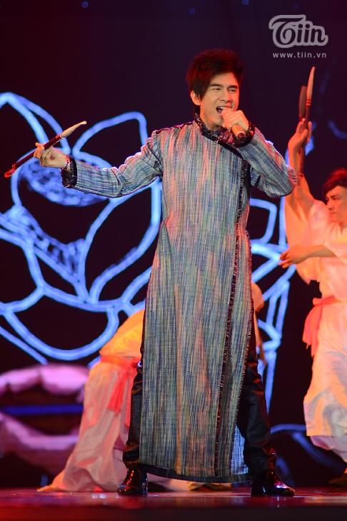 Anh Bo trong trang phục áo dài